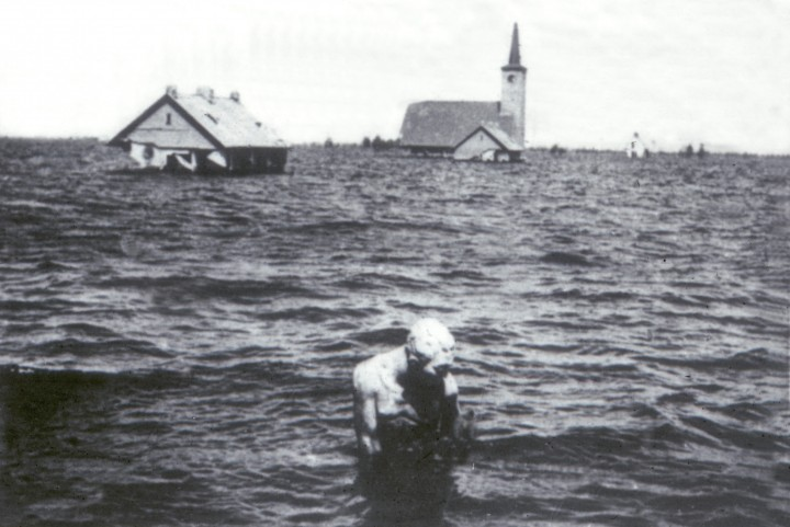 Wieringermeer. Innundatie 1945. Beeld de manier onder water bij